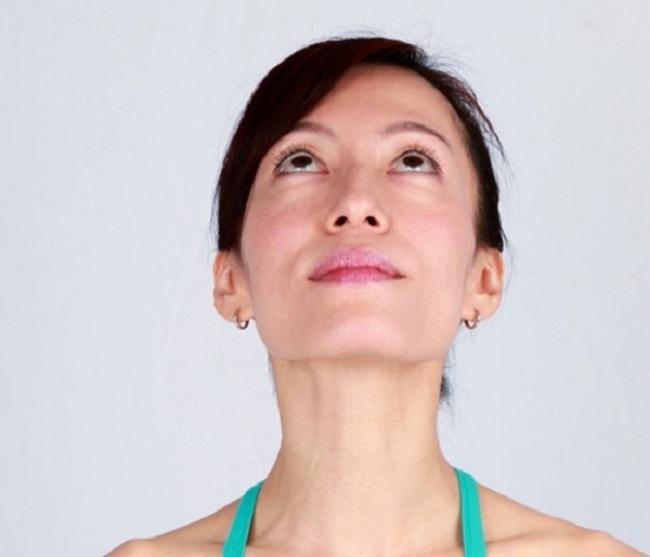 Học phụ nữ Ấn Độ 6 động tác yoga cho gương mặt trẻ trung thách thức thời gian